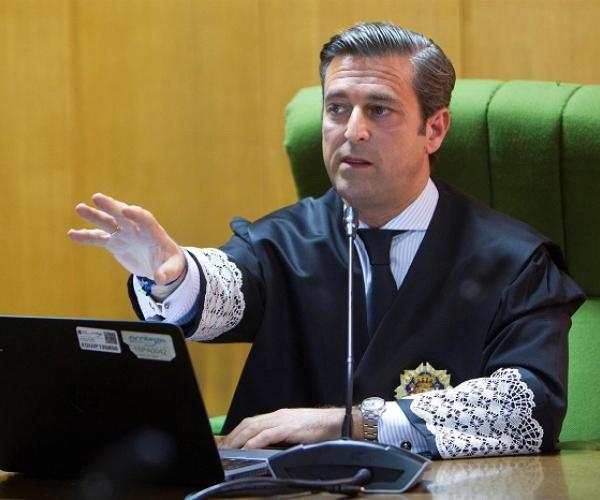 El juez decano de Vigo, Germán Serrano, durante el primer juicio plenamente telemático en el Juzgado de lo Social número 2 en Vigo, este lunes. Durante el juicio, los abogados entrarán por videollamada en una sala virtual.