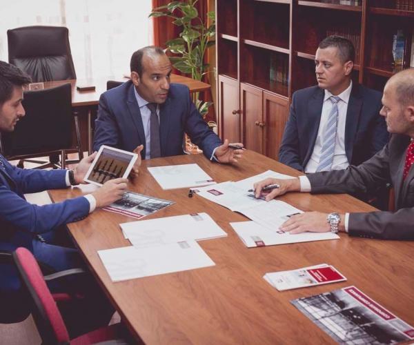 El abogado Rachid Mohamed con miembros de su Despacho